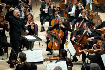 Sir Mark Elder conducting the Hallé orchestra in 2016.