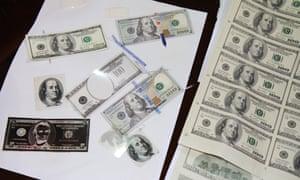 Фальшивомонетчики используют сложное программное обеспечение для сканирования, печати и дизайна, чтобы печатать миллионы долларов в фальшивой валюте