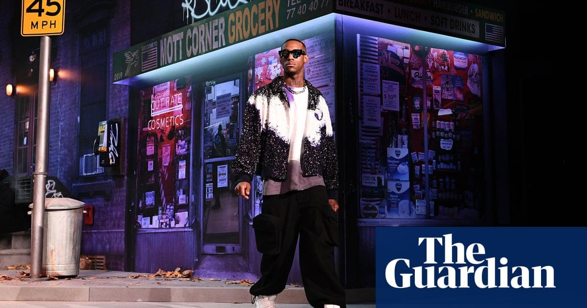 5a1d3332798b Virgil Abloh brings New York street life to Paris in Louis Vuitton show