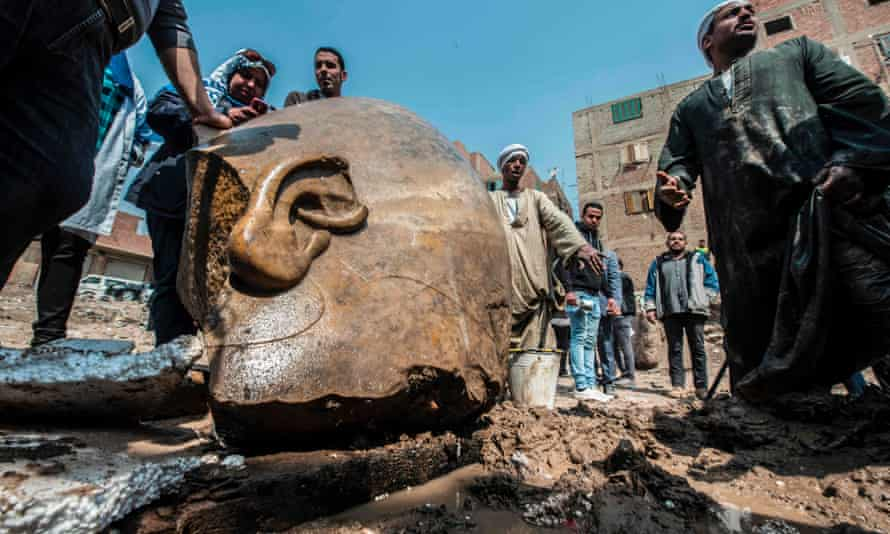 Egyptian workers with the head of the statue.