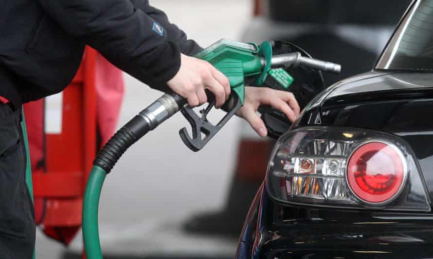 Petrol pumps should include warnings on the impact of air pollution on health, and the role of carbon emissions in climate breakdown, the experts say.