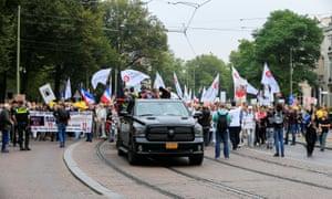 la gente protesta contra