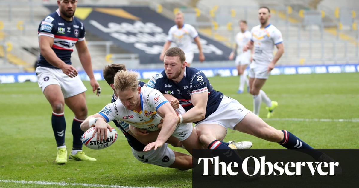 Leeds hold off Johnstone-inspired Wakefield in Super League opener