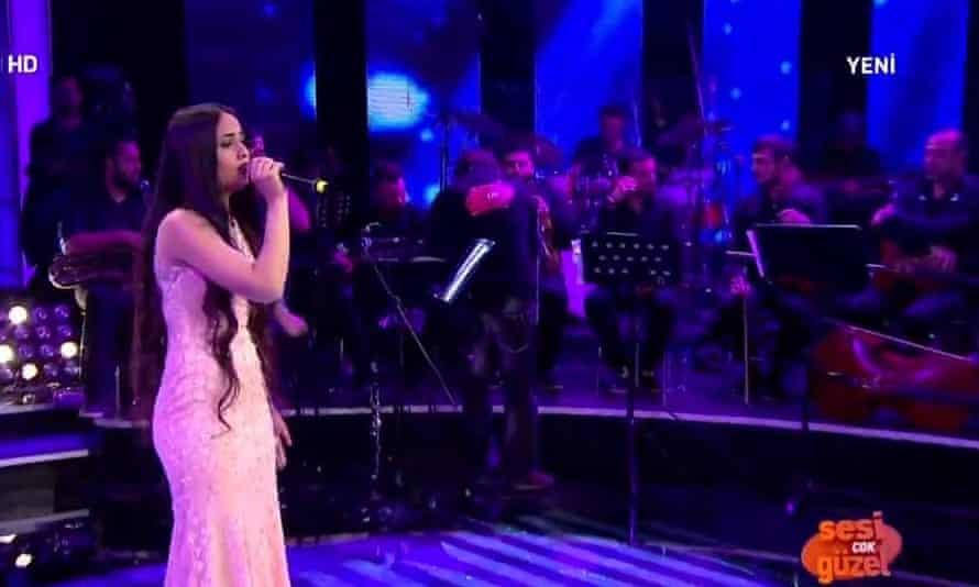 Mutlu Kaya performs on the Turkish talent show.