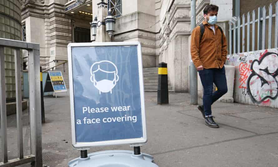 Las medidas de distanciamiento social están a punto de levantarse en el transporte público, pero muchos creen que deberían quedarse.
