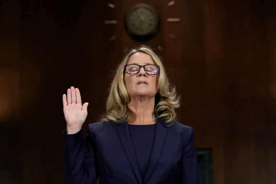 Christine Blasey Ford prête serment avant son témoignage devant le comité judiciaire du Sénat à Washington DC le 27 septembre 2018.
