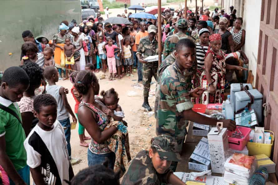People wait at Luanda's Quilometro 30 market to receive the yellow fever vaccine, February 2016.