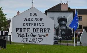 Tre giorni dopo le riprese, nuovi graffiti sulla parete di Free Derry nel Bogside