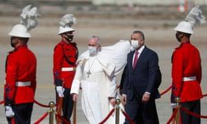 Paus Fransiskus diterima oleh Perdana Menteri Irak Mustafa Al-Kadhimi setelah turun dari pesawatnya di bandara Internasional Baghdad pada hari Jumat.