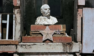An abandoned bust of Lenin.