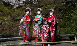 Kyoto, Japan, 31 Mar 2018. A family wearing traditional Japanese clothing posed for a photograph during spring season in one of the garden in Kiyomizu dera, Kyoto prefecture, Japan on March 30, 2018. (Photo: Richard Atrero de Guzman/AFLO)MA9W31 Kyoto, Japan, 31 Mar 2018. A family wearing traditional Japanese clothing posed for a photograph during spring season in one of the garden in Kiyomizu dera, Kyoto prefecture, Japan on March 30, 2018. (Photo: Richard Atrero de Guzman/AFLO)