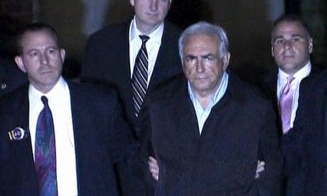 Dominique Strauss-Kahn, en el centro, es conducido desde la custodia policial al tribunal penal de Manhattan en 2011 en la Sala 2806: La acusación.