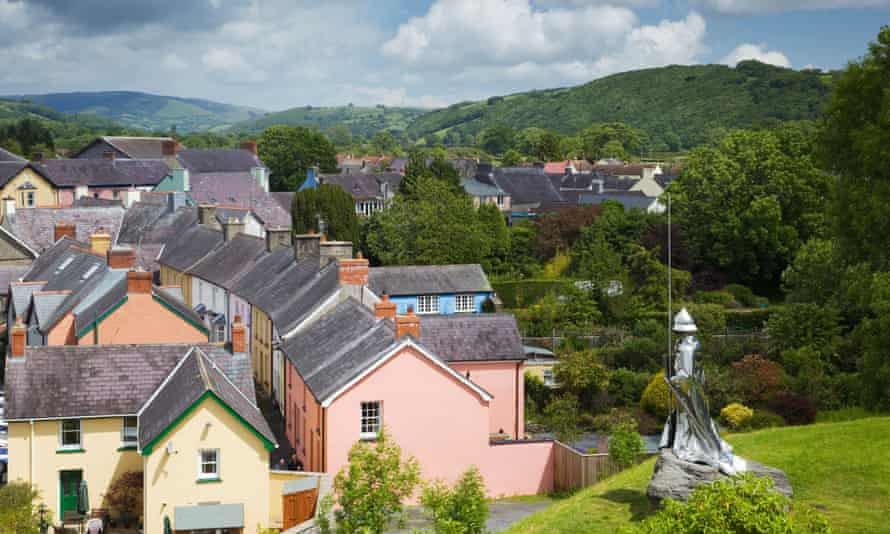 Statue of Llywelyn ap Gruffydd overlooking the town of Llandovery.