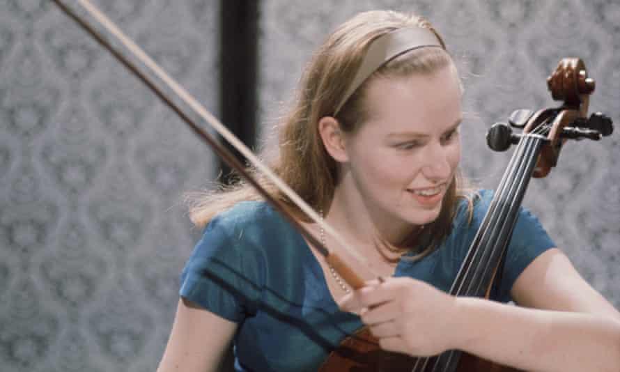 Jacqueline du Pré in 1967, holding a cello