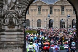 The race enters Paris.