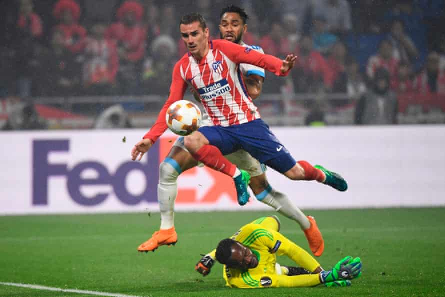 Antoine Griezmann lifts the ball over Steve Mandanda to score his second goal of the night to put Atlético Madrid 2-0 up against Marseille in the Europa League final.