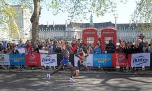 Mo Farah (left) and Kenya's Emmanuel Mutai run the final mile of the 2014 London marathon, when temperatures were cooler.