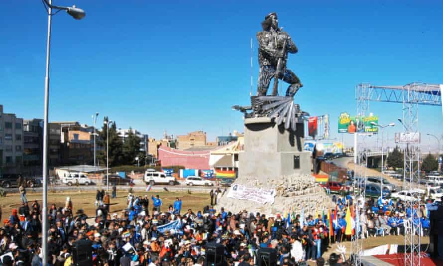"""A scrap metal statue of Ernesto """"Che"""" Guevara is inaugurated in a park in El Alto."""