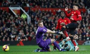 Jesse Lingard scores the equaliser for Manchester United.