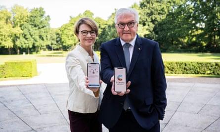 The German president, Frank-Walter Steinmeier, and his wife Elke Buedenbender display the new Corona Warn App.