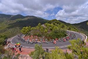 The peloton descends the 425m-high Alto del Desierto de las Palmas during the fifth stage, a 175.7km trek from Benicassim to Alcossebre