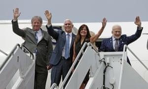 De gauche à droite: le fils de Neil Armstrong, Rick, Mike Pence, Karen Pence et Buzz Aldrin au Kennedy Space Center.