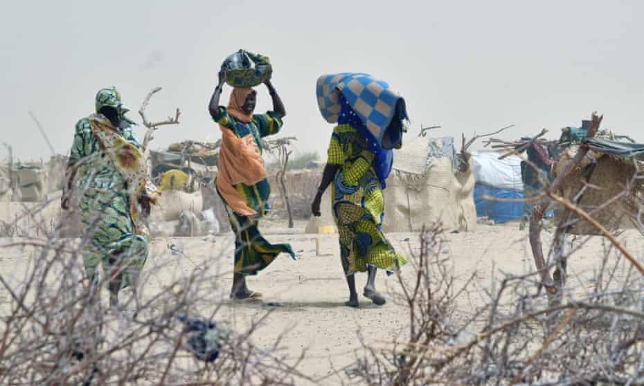 Women arrive in a camp near Diffa, Niger