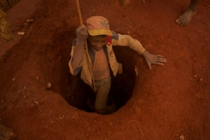 Tavita, 14, working at a mine near Ibity.