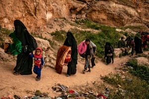 Women and children leave the village of Baghuz, in the eastern Syrian province of Deir Ezzor, 14 March