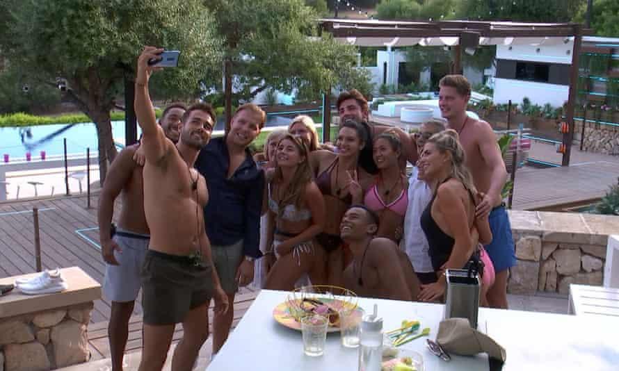 Love Island 2018 contestants take a selfie.