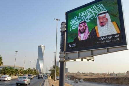 Papan iklan elektronik bertuliskan potret Raja Salman bin Abdulaziz Al Saud (kanan) dan putranya Mohammed bin Salman di Riyadh