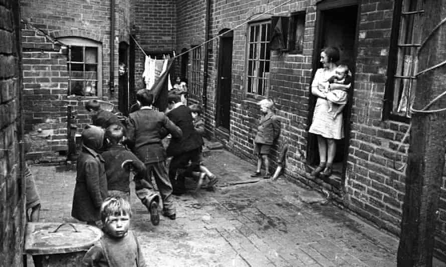 Children play in the backstreets of Coventry in the 1940s.