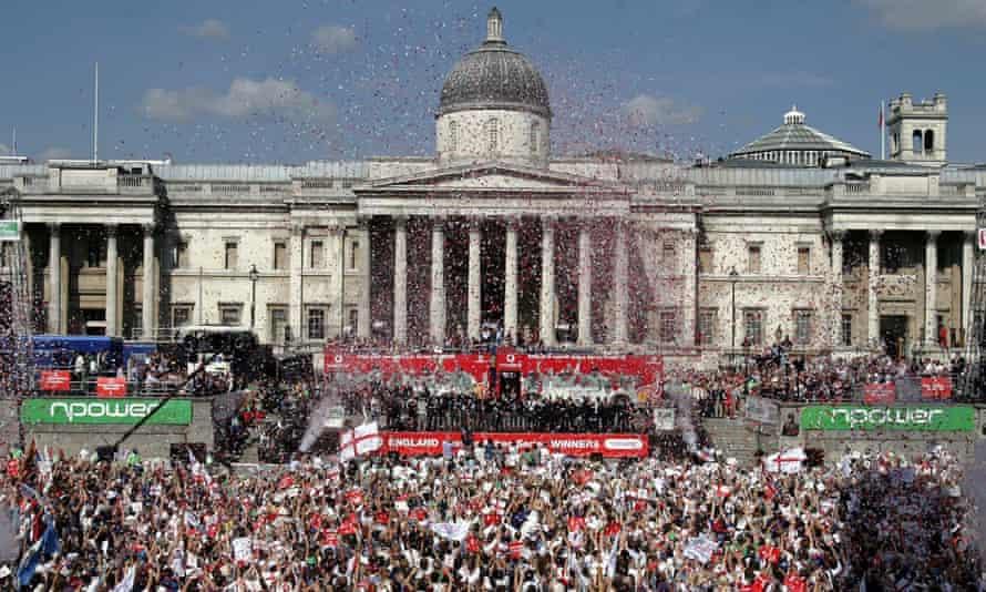 Fans greet the2005 England cricket team in Trafalgar Square
