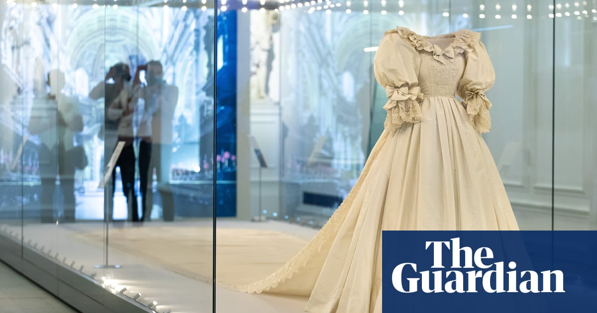 Diana's wedding dress goes on display at Kensington Palace