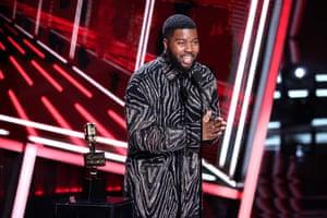 Khalid accepts the top R&B artist award
