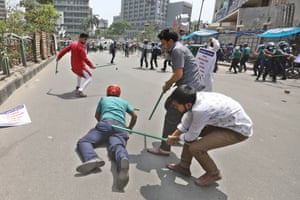 Protesters clash with police in Dhaka, Bangladesh