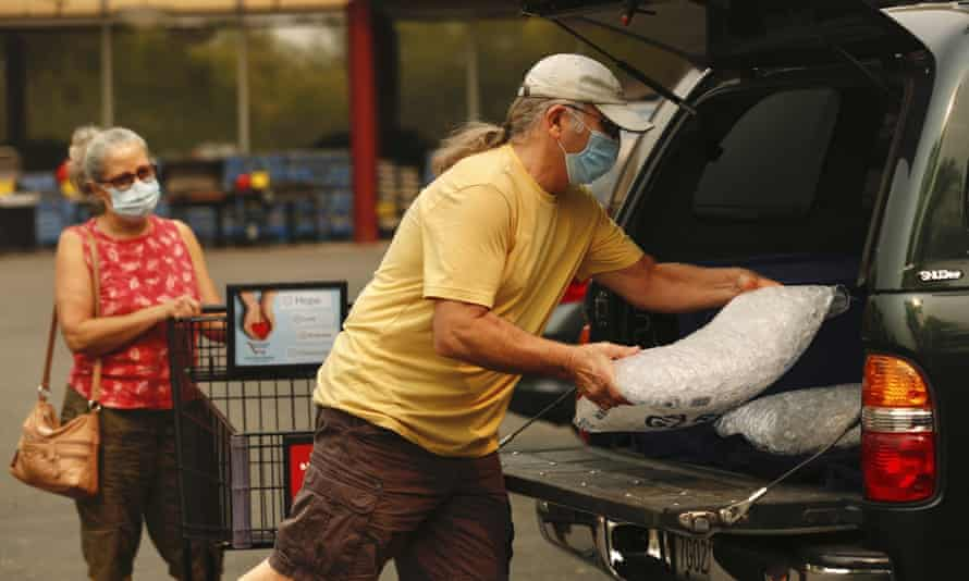 John and Denise Papia load up the last two bags of ice from the Safeway in Rincon Valley for their refrigerator and freezer before a potential shutoff in Santa Rosa, 8 September.