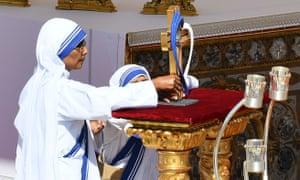 Nuns carry Mother Teresa's relics