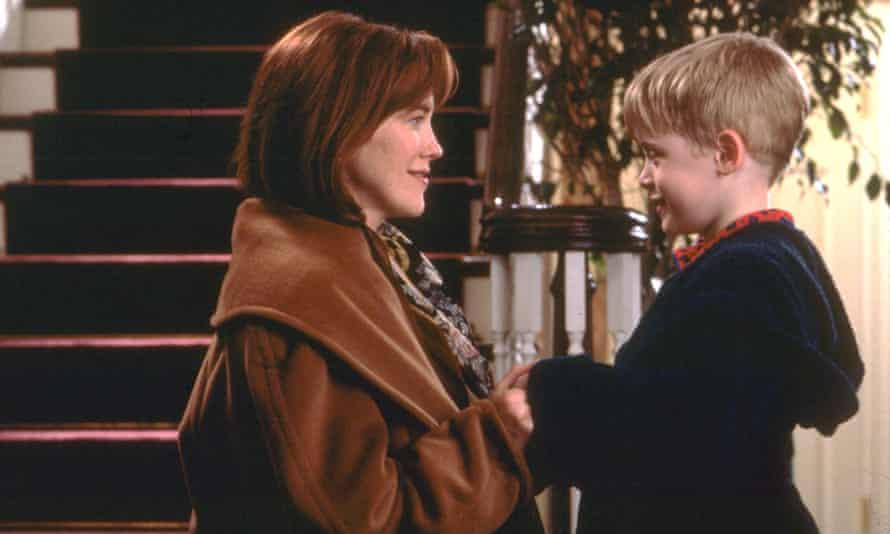 Catheriine O'Hara and Macaulay Culkin in Home Alone