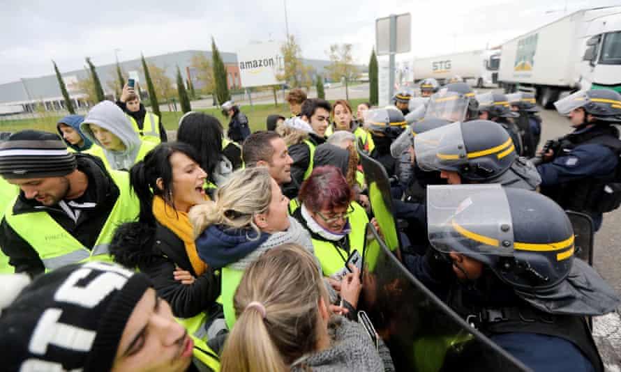Gilets jaunes protesters blockading Amazon's warehouse in Montélimar