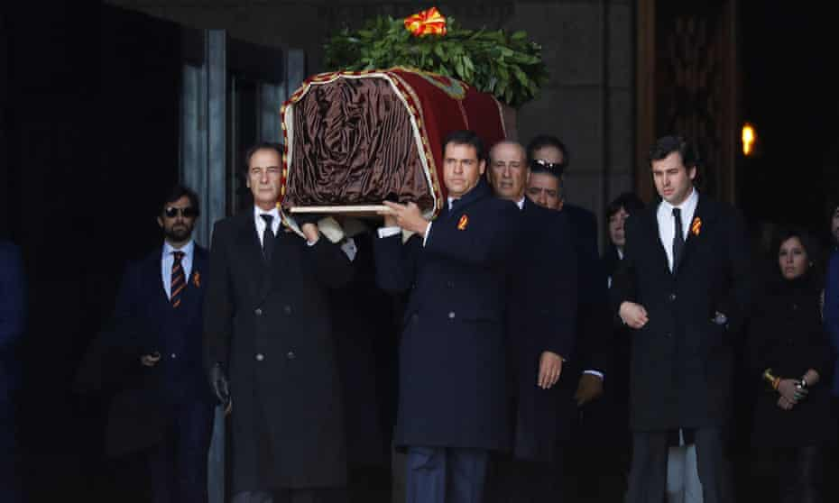 Relatives carry Franco's coffin at the Valley of the Fallen