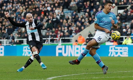 Newcastle United's Jonjo Shelvey scores their late equaliser against Manchester City.
