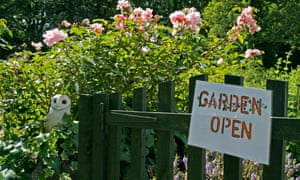 Garden open sign on garden gate<br>A16FMY Garden open sign on garden gate for Jane Perrone