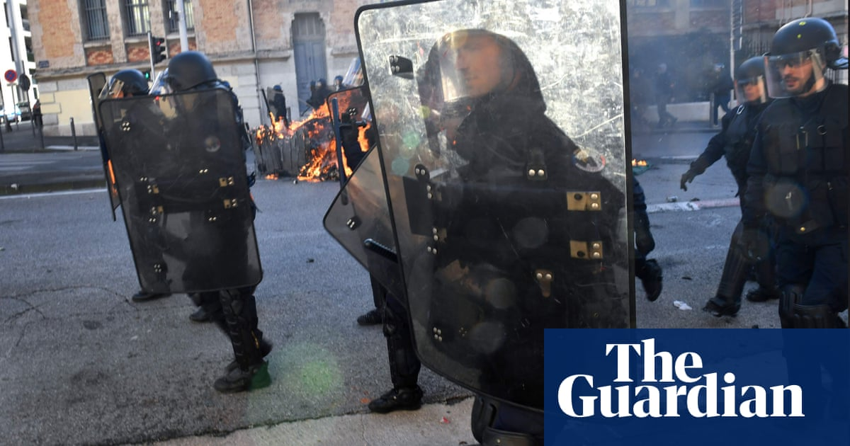 Gilets jaunes protests: Eiffel Tower and Louvre to shut amid fears of violence