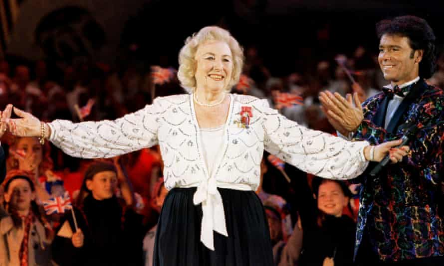 Dame Vera Lynn applauded by Cliff Richard during her final public performance, at a VE Day 50th anniversary concert in Hyde Park, London.