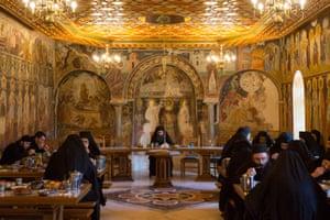 Οι μοναχοί τρώνε σιωπηλά στο τραπεζαρία του Παντοκράτορα.