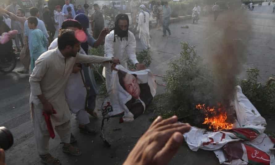 Islamists burn a portrait of Pakistan's prime minister Imran Khan after the supreme court overturned Asia Bibi's sentence.
