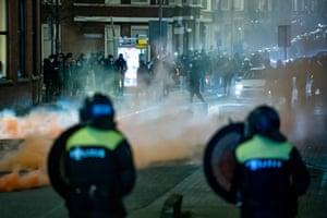 Young people seeks confront police and on Beijerlandselaan in Rotterdam.