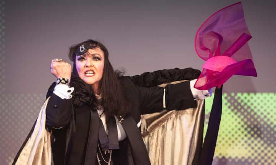 Frances Barber as Billie Trix in Musik.