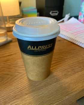 みんな机の上のコーヒーカップを押す